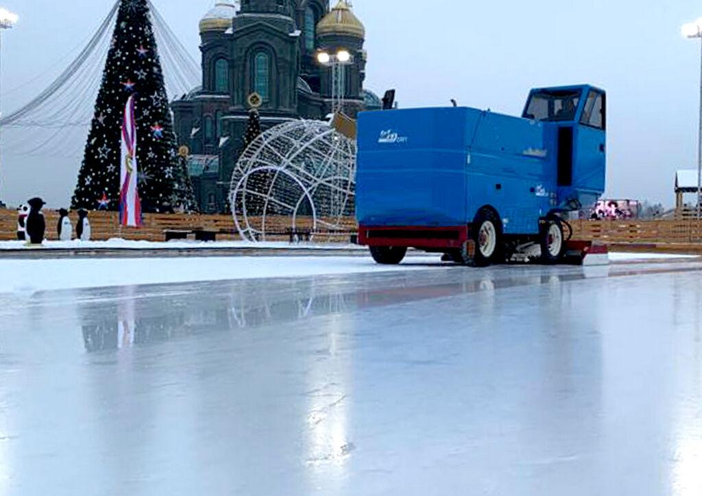Заливка при помощи ледоуборочного комбайна ледовой площадки очищенной водой, нагретой до температуры не менее 50 °C
